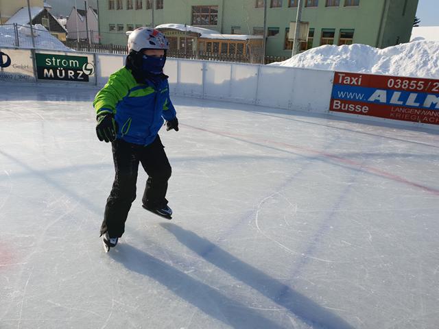 Rote Wangen, kalter Wind – über's Eis geht es geschwind!