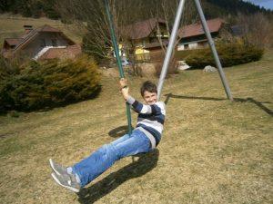 Akrobatik auf Spielgeräten am Spielplatz